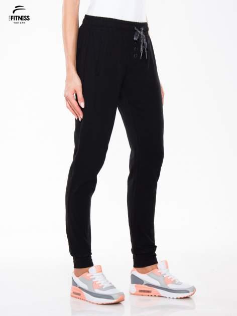 Czarne spodnie dresowe typu baggy z guzikami                                  zdj.                                  3