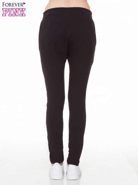 Czarne spodnie dresowe typu baggy z naszywkami                                  zdj.                                  4