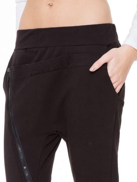 Czarne spodnie dresowe typu baggy z ozdobnym zamkiem                                  zdj.                                  5