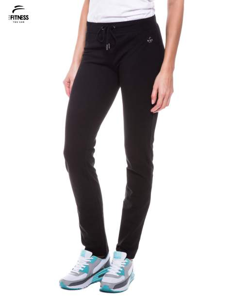 Czarne spodnie dresowe wiązane w pasie