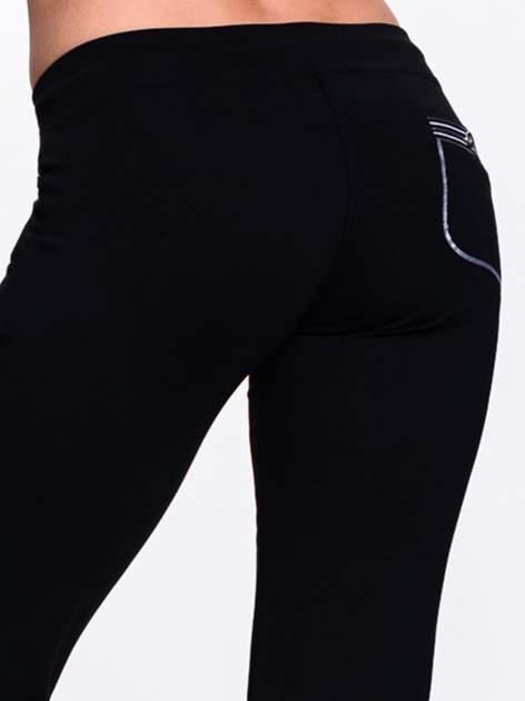 Czarne spodnie dresowe z białą wstawką                                  zdj.                                  7