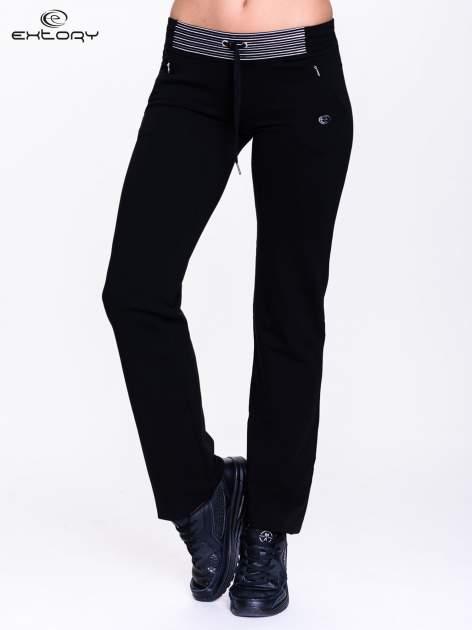 Czarne spodnie dresowe z białą wstawką                                  zdj.                                  1