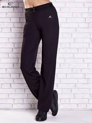 Czarne spodnie dresowe z guziczkami PLUS SIZE                                  zdj.                                  1