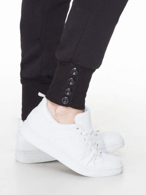 Czarne spodnie dresowe z guziczkami przy ściągaczu                                  zdj.                                  6