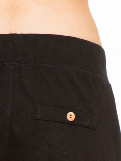 Czarne spodnie dresowe z guzikami wiązane w pasie                                  zdj.                                  9