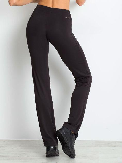 Czarne spodnie dresowe z kieszeniami                              zdj.                              7