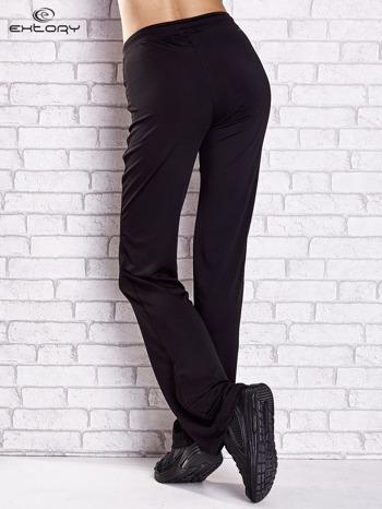 Czarne spodnie dresowe z kieszeniami i przeszyciami PLUS SIZE                                  zdj.                                  2