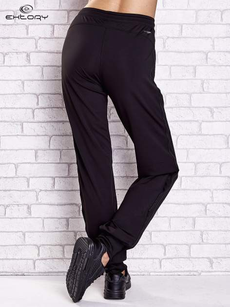 Czarne spodnie dresowe z kieszonką i ściągaczami                                  zdj.                                  2