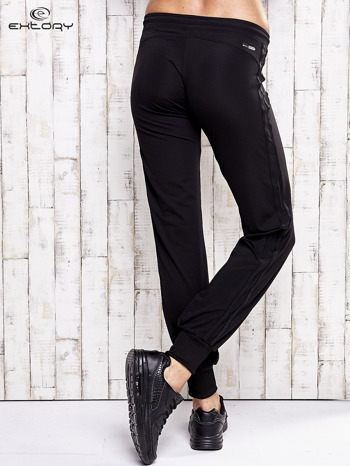 Czarne spodnie dresowe z kieszonką na suwak                                  zdj.                                  3