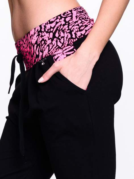 Czarne spodnie dresowe z koralowym pasem w panterkę                                  zdj.                                  5