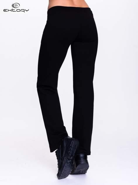 Czarne spodnie dresowe z kwiatem z dżetami                                  zdj.                                  4