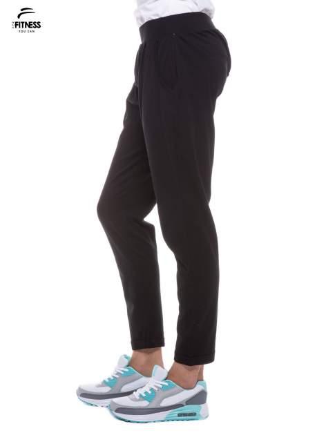 Czarne spodnie dresowe z prostą nogawką                                  zdj.                                  2