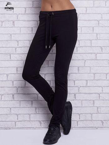 Czarne spodnie dresowe z prostą nogawką                                  zdj.                                  1