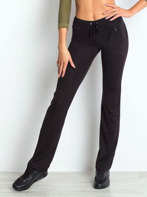 Czarne spodnie dresowe z wszytą kieszonką                              zdj.                              1