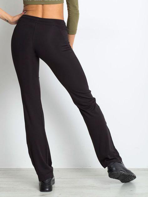 Czarne spodnie dresowe z wszytą kieszonką                              zdj.                              2