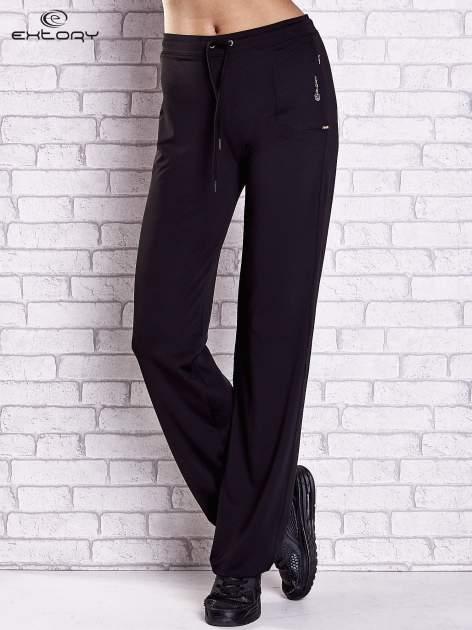 Czarne spodnie dresowe z wszytą kieszonką i troczkami                                  zdj.                                  1