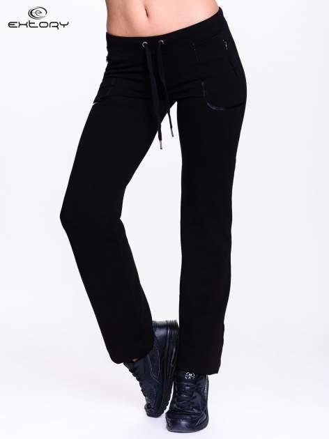 Czarne spodnie dresowe ze skórzaną lamówką                                  zdj.                                  1