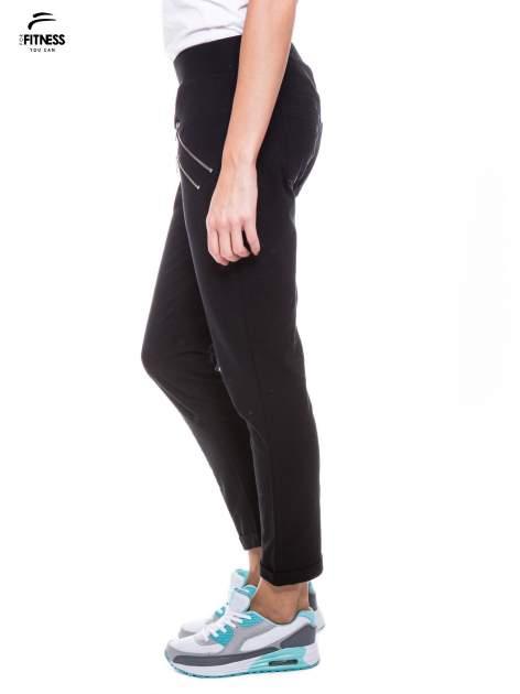 Czarne spodnie dresowe ze skośnymi zamkami                                   zdj.                                  3