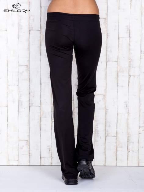 Czarne spodnie dresowe ze sznureczkiem i wszytą kieszenią                                  zdj.                                  3