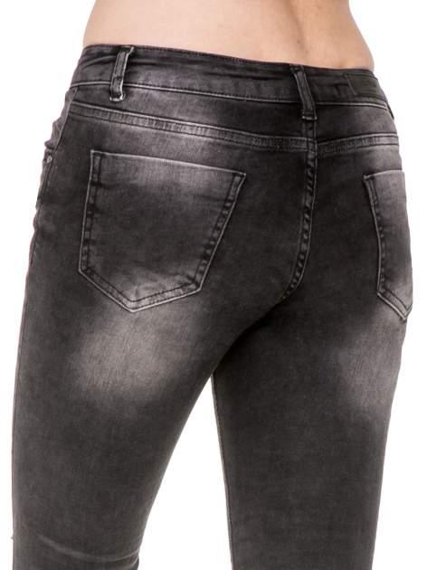 Czarne spodnie jeansowe 7/8 z przetarciami i łatami                                  zdj.                                  7