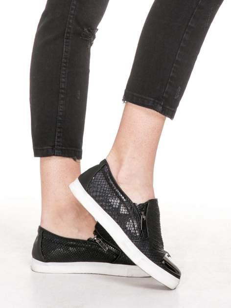 Czarne spodnie jeansowe 7/8 z rozdarciami                                  zdj.                                  7