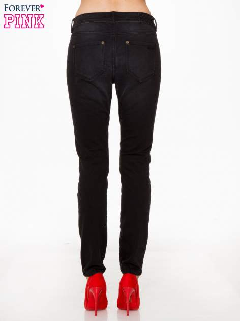 Czarne spodnie jeansowe rurki                                  zdj.                                  4