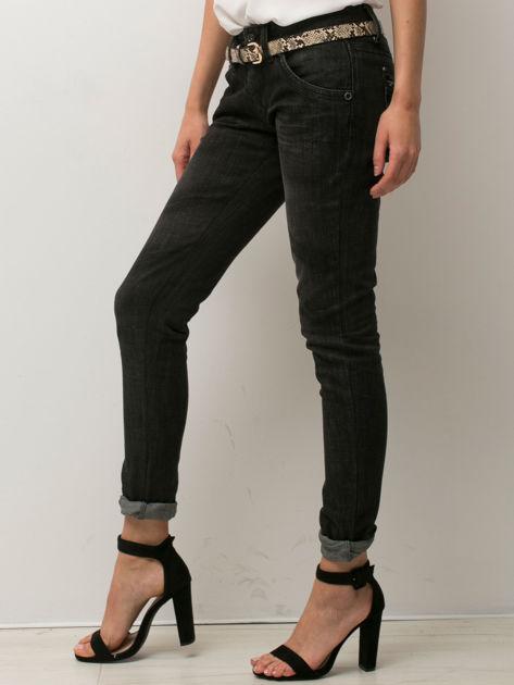 Czarne spodnie jeansowe z przetarciami                               zdj.                              3