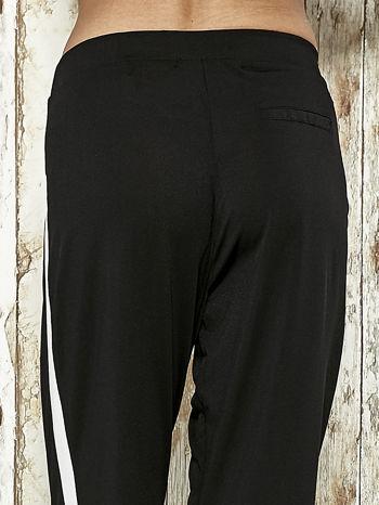 Czarne spodnie materiałowe z białym lampasem                                  zdj.                                  7