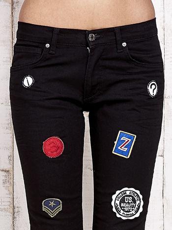 Czarne spodnie rurki z naszywkami                                  zdj.                                  4