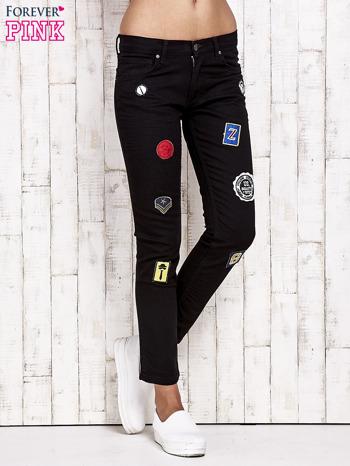 Czarne spodnie rurki z naszywkami