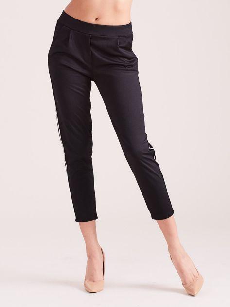 Czarne spodnie sportowe z lampasem                              zdj.                              2