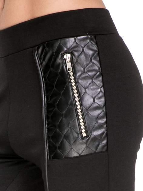 Czarne spodnie w stylu motocyklowym ze skórzanymi wstawkami i suwakami                                  zdj.                                  6