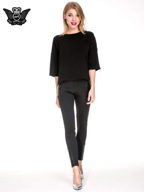Czarne spodnie w stylu motocyklowym ze skórzanymi wstawkami i suwakami                                  zdj.                                  2
