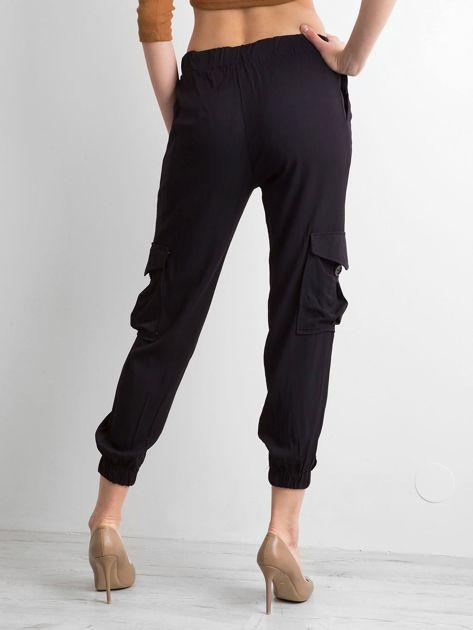 Czarne spodnie z kieszeniami i wiązaniem                              zdj.                              2