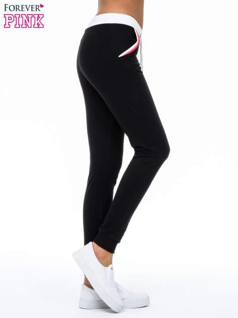 Czarne spodnie z kolorowym akcentem przy kieszeniach                                  zdj.                                  4