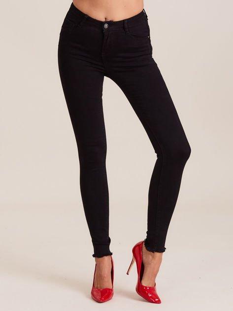 Czarne spodnie z wystrzępionymi nogawkami                              zdj.                              1