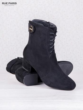 Czarne sznurowane botki faux suede Isabele z zamszu na niskim obsacie i złotym logo na cholewce                                  zdj.                                  3