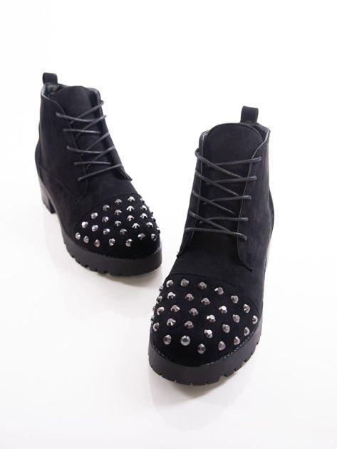 Czarne sznurowane botki z dużymi stalowymi nitami na przodzie cholewki                              zdj.                              3