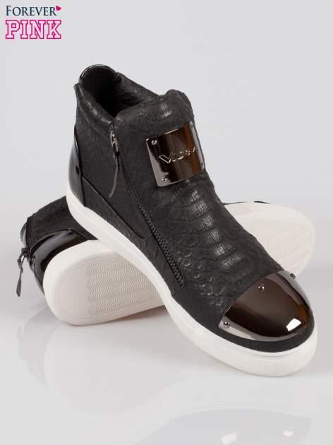 Czarne wężowe sneakersy z blaszką na nosku Charm                                  zdj.                                  4