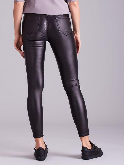 Czarne woskowane spodnie skinny                              zdj.                              3