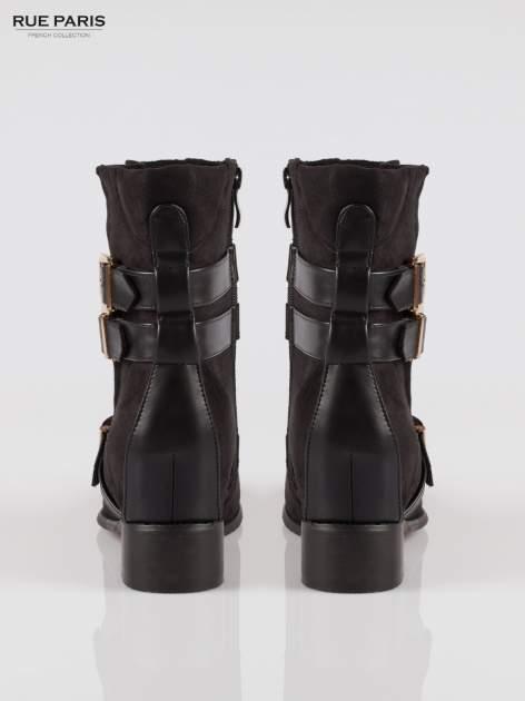 Czarne zamszowe botki biker boots ze złotymi klamrami                                  zdj.                                  3