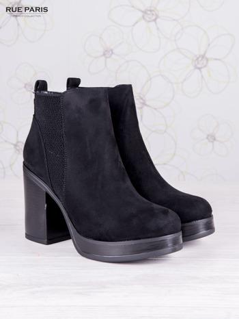 Czarne zamszowe botki na wysokim słupku i ozdobą na tyle buta                              zdj.                              2