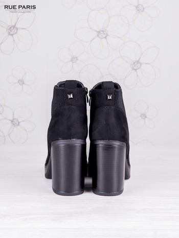 Czarne zamszowe botki na wysokim słupku i ozdobą na tyle buta                                  zdj.                                  4
