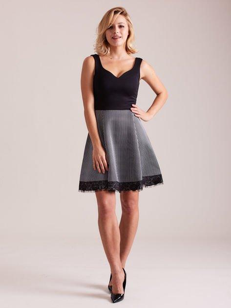 Czarno-biała sukienka z dołem w paski                              zdj.                              4