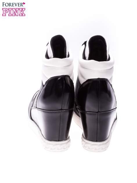 Czarno-białe sneakersy z ażurowym wzorem                                  zdj.                                  3