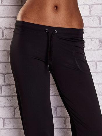 Czarno-różowe spodnie capri z wszytą kieszonką                                  zdj.                                  4