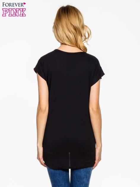 Czarno-różowy t-shirt w geometryczne wzory                                  zdj.                                  4