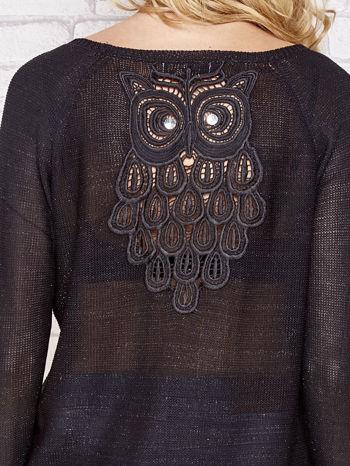 Czarny błyszczący sweter z haftem sowy z tyłu                                  zdj.                                  5