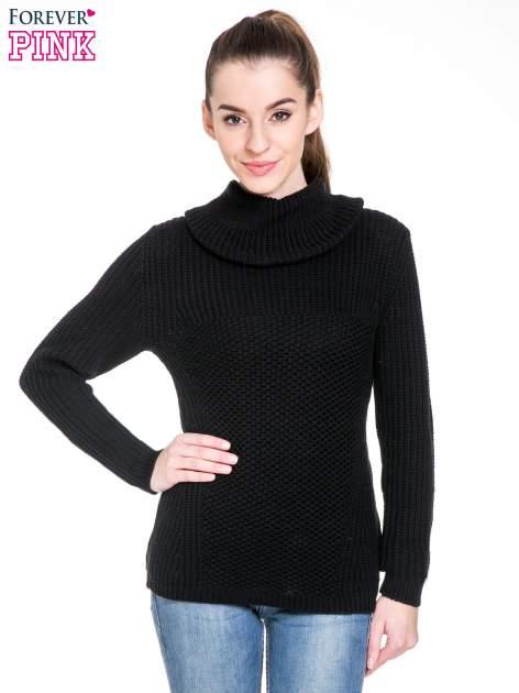 Czarny ciepły sweter z golfowym kołnierzem