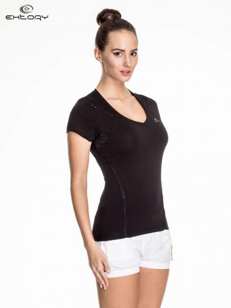 Czarny damski t-shirt sportowy ze wzorzystymi wstawkami                                  zdj.                                  3